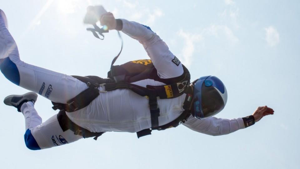 paracaidista abriendo el paracaídas
